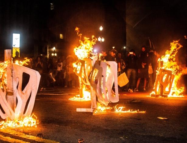 29.out.201 5- Manifestantes do Movimento Passe Livre queimam catracas simbólicas durante protesto a favor da tarifa zero, na região central de São Paulo - Kevin David/ Futura Press/ Estadão Conteúdo
