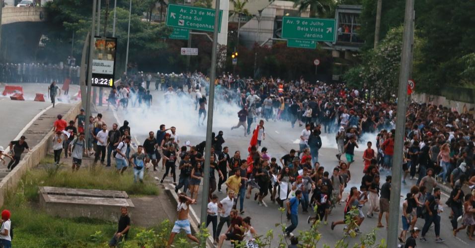 8.jan.2016 - Policiais lançam bombas de gás contra manifestantes durante protesto contra o aumento do valor da tarifa do transporte público de São Paulo, no Vale do Anhangabaú, no centro de São Paulo. Neste sábado (9), tarifa passa de R$ 3,50 para R$ 3,80