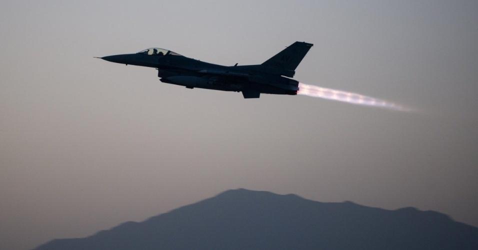 13.jan.2016 - Um caça a jato General Dynamics F-16 Fighting Falcon decolou para executar uma manobra de combate no dia 6 de setembro de 2015, no Afeganistão. O registro está entre as fotos mais bonitas de missões e exercícios da Força Aérea dos Estados Unidos feitos em 2015 e escolhidos pelo site Business Insider