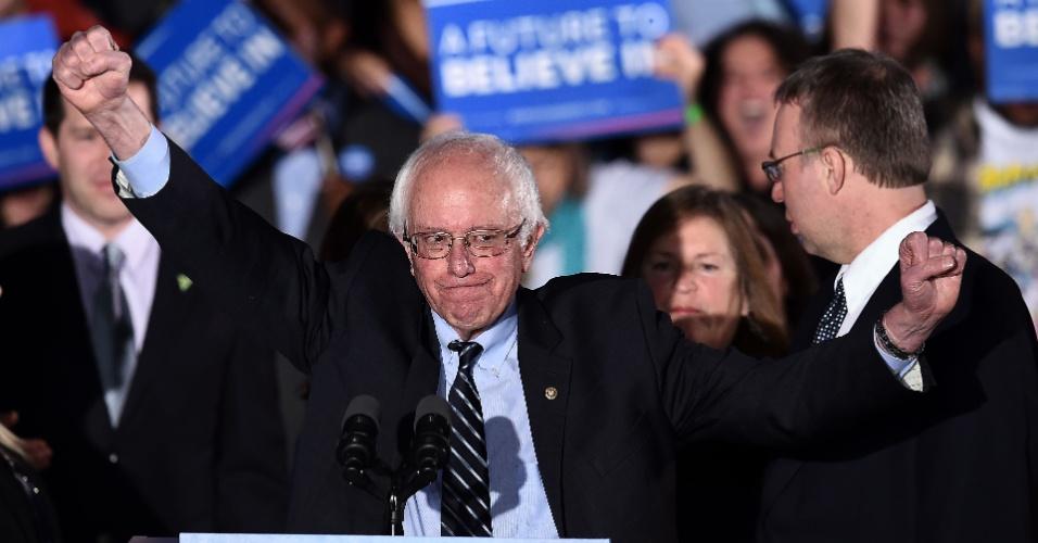 """10.fev.2016 - O senador Bernie Sanders agradece a seus apoiadores durante discurso de vitória nas primárias de New Hampshire, o segundo Estado a realizar uma prévia da eleição nos Estados Unidos. Sanders afirmou que a sua vitória nas eleições será como """"uma mensagem que ecoará de Wall Street a Washington"""", falando que o povo quer """"uma mudança real"""""""
