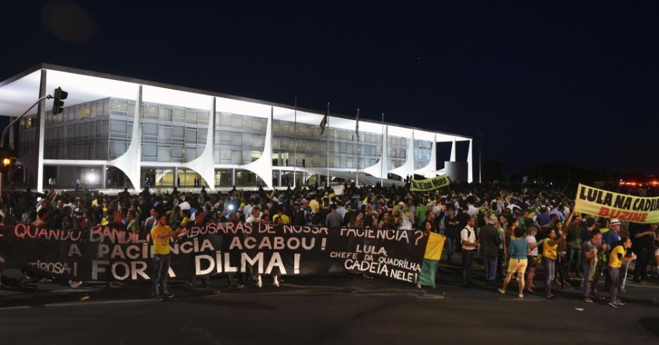 16.mar.2016 - Manifestantes protestam em frente ao Palácio do Planalto, em Brasília, após a nomeação do ex-presidente do ex-presidente Luiz Inácio Lula da Silva como ministro da Casa Civil do governo Dilma Rousseff