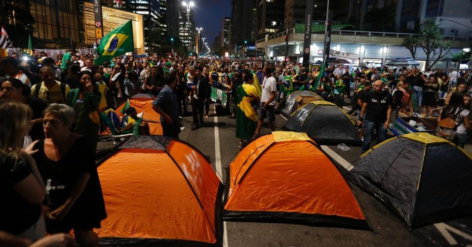 17.mar.2016 - Manifestantes permanecem acampados na avenida Paulista, em São Paulo, durante protesto após a posse do ex-presidente Luiz Inácio Lula da Silva como ministro-chefe da Casa Civil