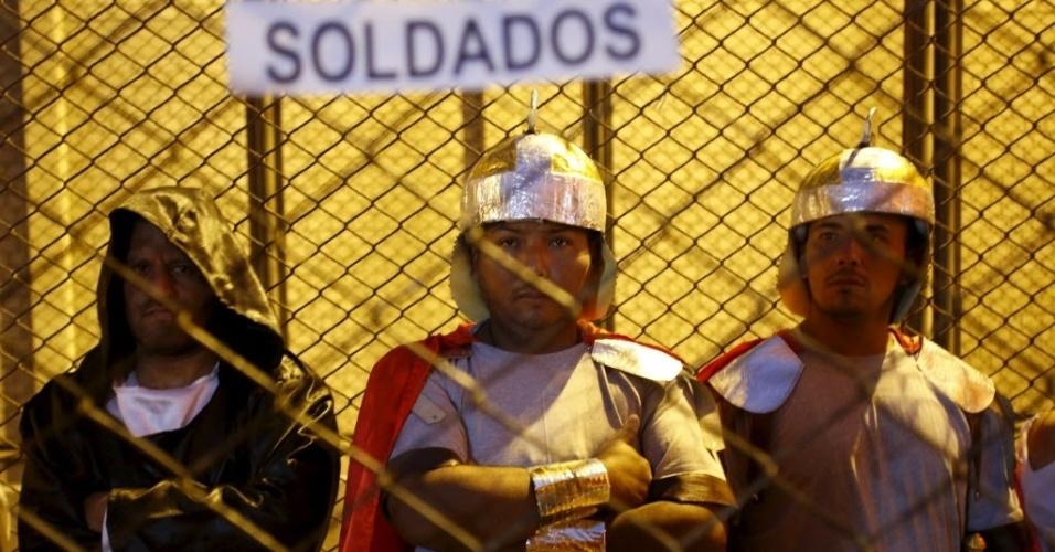 """22.mar.2016 - Caracterizados como soldados romanos, homens participam da peça """"Jesus Cristo Superstar"""", em El Callao, no Peru, em celebração a Semana Santa no país sul-americano"""