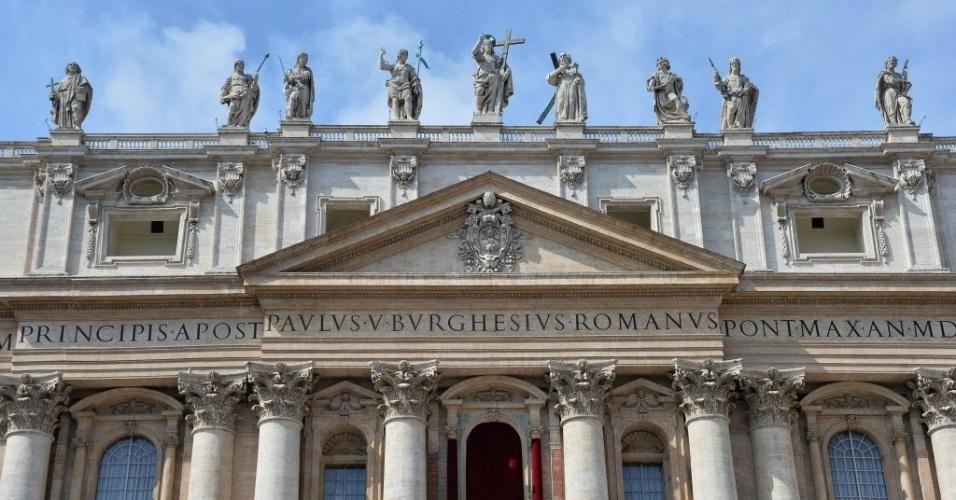 27.mar.2016 - Papa Francisco cumprimenta a multidão depois da missa do Domingo de Páscoa na Basílica de São Pedro, no Vaticano