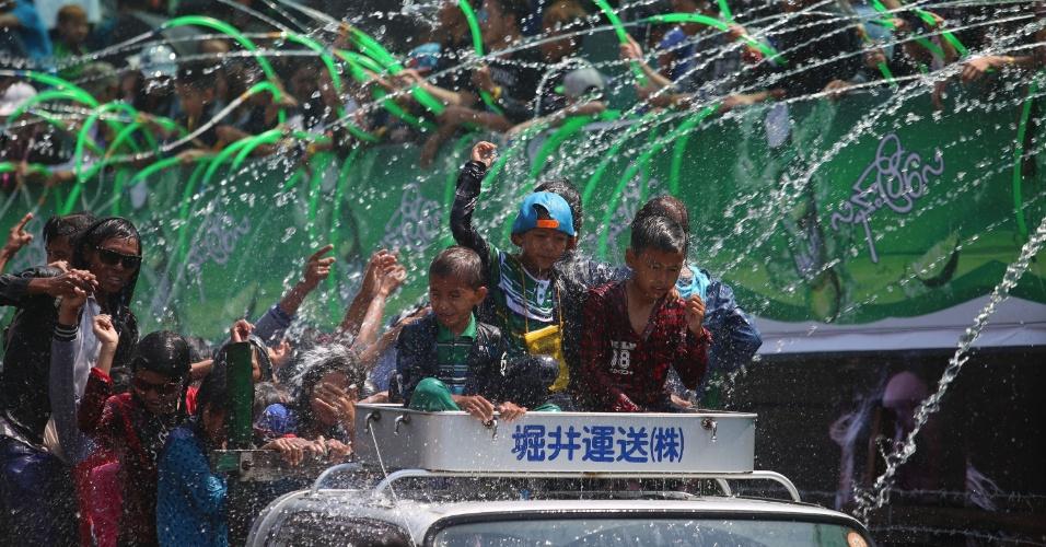15.abr.2016 - Pessoas celebram a festa tradicional Thingyan com guerra de água em Mianmar. O evento marca a chegada do Ano Novo budista