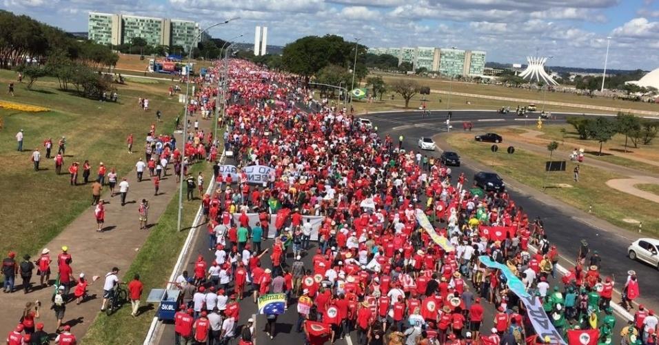17.abr.2016 - Manisfestantes contrários ao impeachment da presidente Dilma Rousseff caminham em direção à Esplanada dos Ministérios