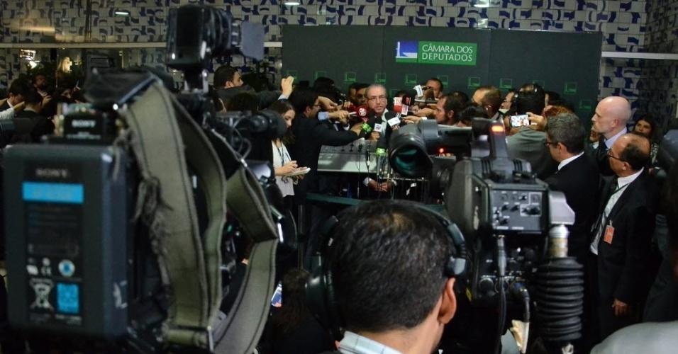 17.abr.2016 - Deputado Eduardo Cunha é cercado por jornalistas após aprovação do processo de impeachment da presidente Dilma Rousseff (PT). O parlamentar, investigado no STF (Superior Tribunal Federal) por corrupção, é um dos principais entusiastas da saída da presidente