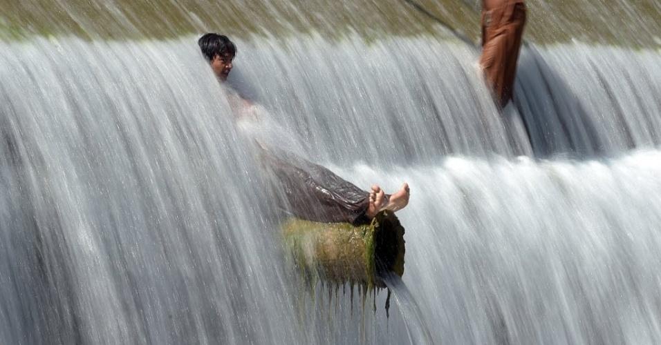 29.abr.2016 - Jovens paquistaneses se refrescam em um córrego durante o tempo quente na periferia de Islamabad. Segundo a previsão do tempo, a temperatura pode chegar aos 41ºC na região