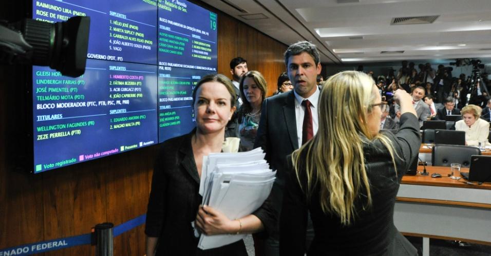 6.mai.2016 - Os senadores governistas Gleisi Hoffmann (PT-PR), à esquerda, Lindberg Farias (PT-RJ) e Vanessa Grazziotin (PCdoB-AM) deixam sessão da Casa após aprovação do relatório do relator Antonio Anastasia (PSDB-MG), por 15 votos a 5. A votação que pode afastar temporariamente a presidente Dilma Rousseff deve acontecer no plenário do Senado na próxima quarta-feira
