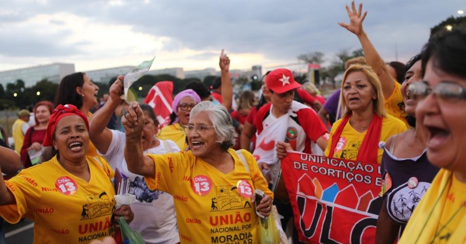 11.mai.2016 - Manifestantes a favor da presidente Dilma Rousseff acompanham do gramado do Congresso Nacional, em Brasília, a sessão para discussão e votação do parecer pela admissibilidade do processo de impeachment