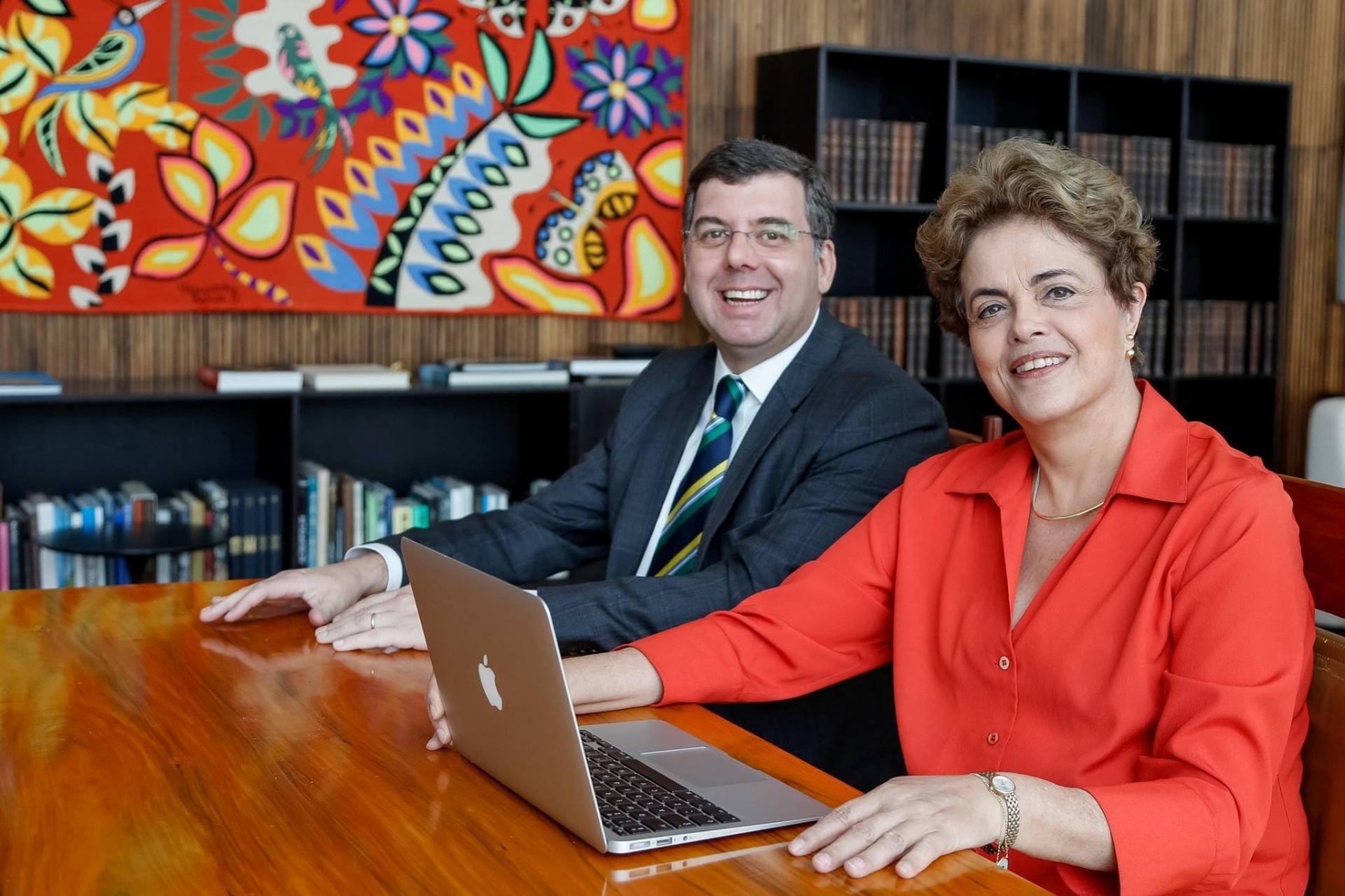 15.jun.2016 - A presidente afastada, Dilma Rousseff, e o ex-ministro do Esporte Ricardo Leyser se reúnem em Brasília para bate-papo com internautas via Facebook sobre os jogos olímpicos do Rio de Janeiro