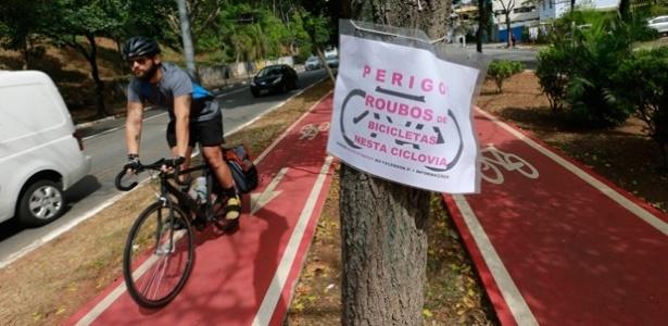 Panfleto alerta sobre assaltos e roubos na ciclovia da avenida Sumaré, na zona oeste de São Paulo