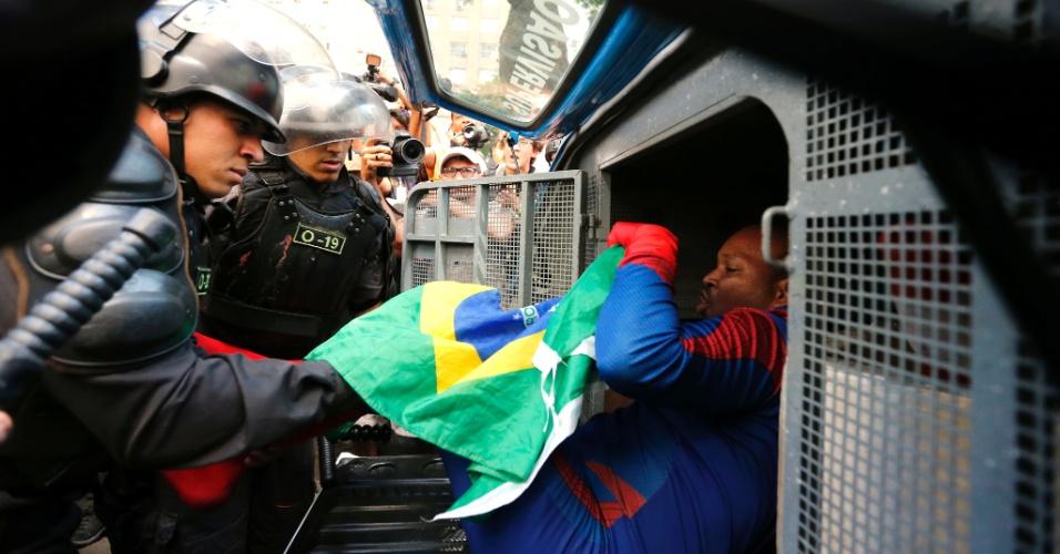 7.set.2016 - Manifestantes no protesto O Grito dos Excluidos contra o governo Temer no centro do Rio.   Homem fantasiado de homem aranha e preso apos brincar com policiais