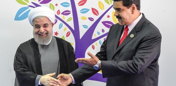 Rouhani encontrou-se com Maduro (dir.) antes do início da reunião na Venezuela
