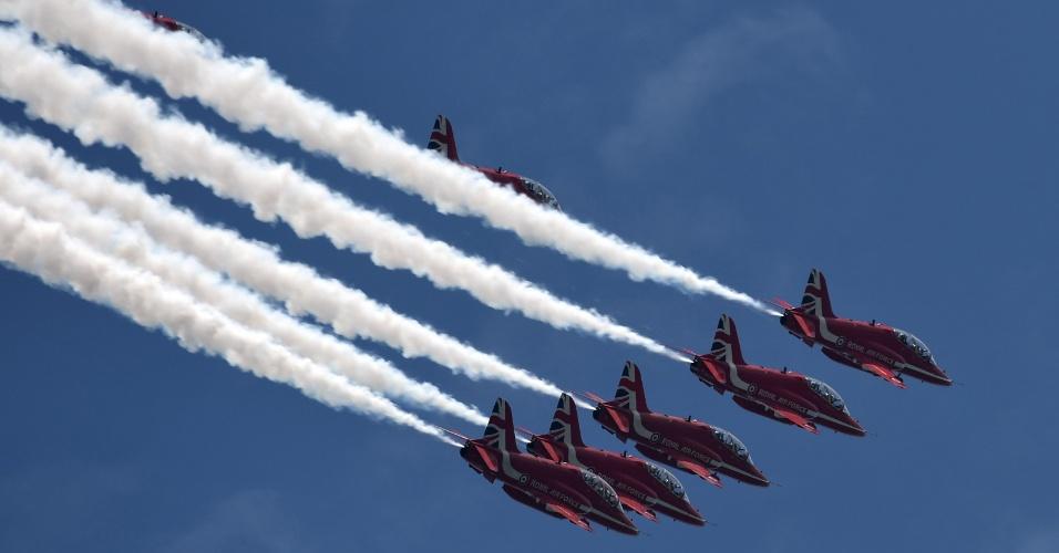 18.out.2016 - Equipe de acrobacias aéreas Red Arrows da Real Força Aérea da Grã-Bretanha voa sobre a Marina Barrage em Cingapura