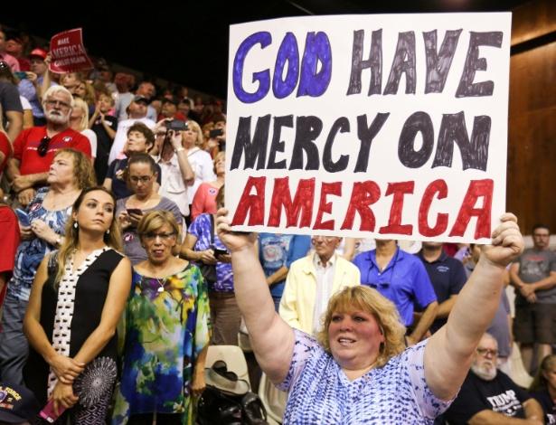"""Apoiadora do republicano Donald Trump segura cartaz que diz """"Deus tenha misericórdia da América"""" durante comício em Sarasota, na Flórida"""