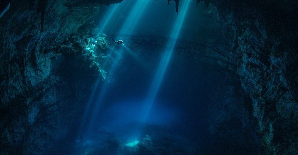 Arqueólogos mergulham num cenote na península de Yucatan, no México. Yucatan é conhecida por seus cenotes, profundas crateras com formação calcária e piscinas naturais