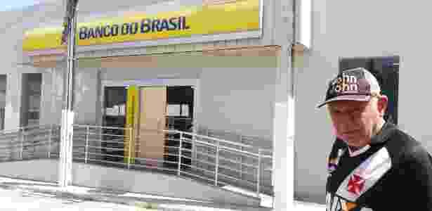 O aposentado João Rosendo diante de agência que teve a entrada explodida em Barra de Santa Rosa (PB) - Divulgação