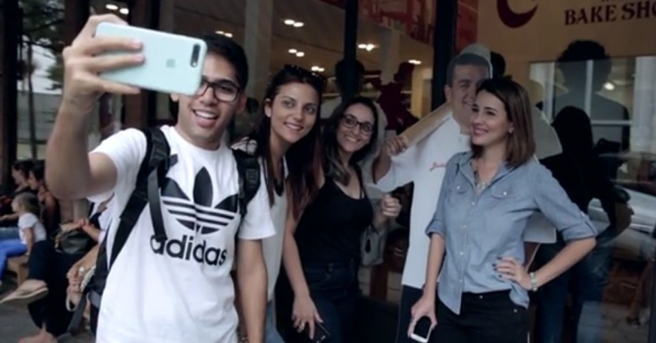 Fãs fazem selfie com totem de Buddy Valastro na entrada da Carlo's Bakery, em São Paulo
