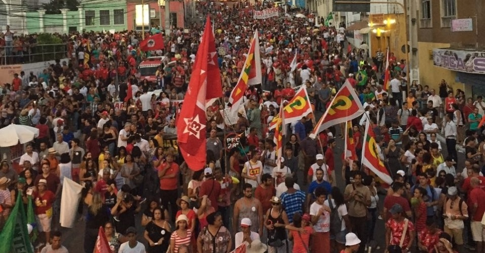 28.abr.2017 - Cerca de 20 mil pessoas foram às ruas de Maceió (AL) nesta sexta-feira, segundo os organizadores, para protestarem contra as reformas do governo no dia de greve geral pelo país
