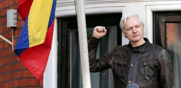 19.mai.2017 - O fundador do WikiLeaks, Julian Assange, faz um pronunciamento na sacada da Embaixada do Equador em Londres