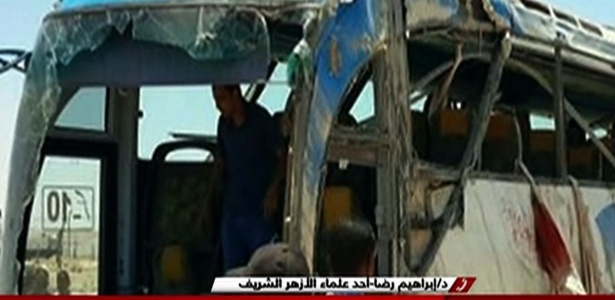 Restos do ônibus atacado enquanto levava cristãos copta na província de Minya, no Egito, em imagems da TV estatal Nile