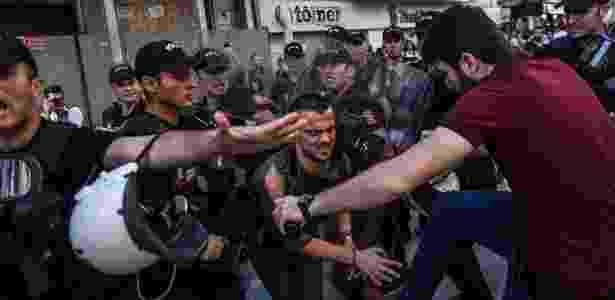 25.jun.2017 - Policiais turcos disparam balas de borracha para impedir Parada do Orgulho Gay - Bulent Kilic/AFP - Bulent Kilic/AFP