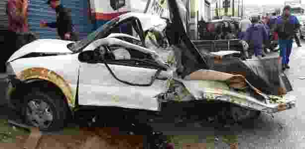 7.jul.2017 - Caminhão desgovernado atinge doze carros e mata mulher na Bahia - UOL - UOL