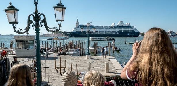 17.jul.2017 - Cruzeiro atravessa canal de Veneza, na Itália, que tem sido 'invadida' pelos turistas que ficam na cidade apenas por um dia