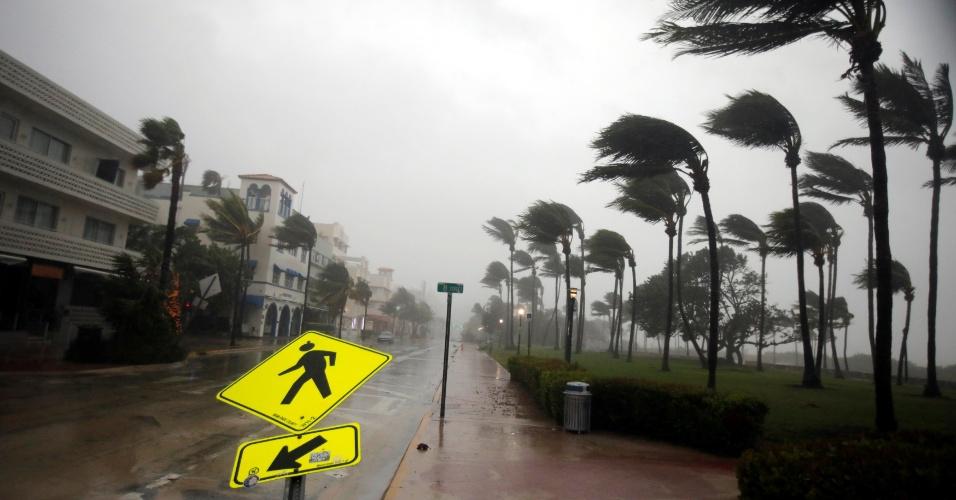 10.set.2017 - Fortes ventos e chuva atingem South Beach, em Miami, horas antes da chegada do auge do furacão Irma