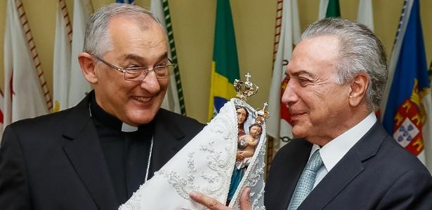Presidente Michel Temer segura imagem de Nossa Senhora de Nazaré enquanto conversa com o arcebispo de Belém Dom Alberto Taveira Corrêa, durante cerimônia no Pará