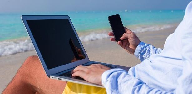 Mesmo nas férias, o PC e o celular são constantes na vida das pessoas