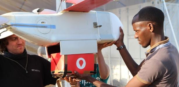 Pacotes de sangue são carregados em drones em Ruanda e entregues em 12 hospitais no país