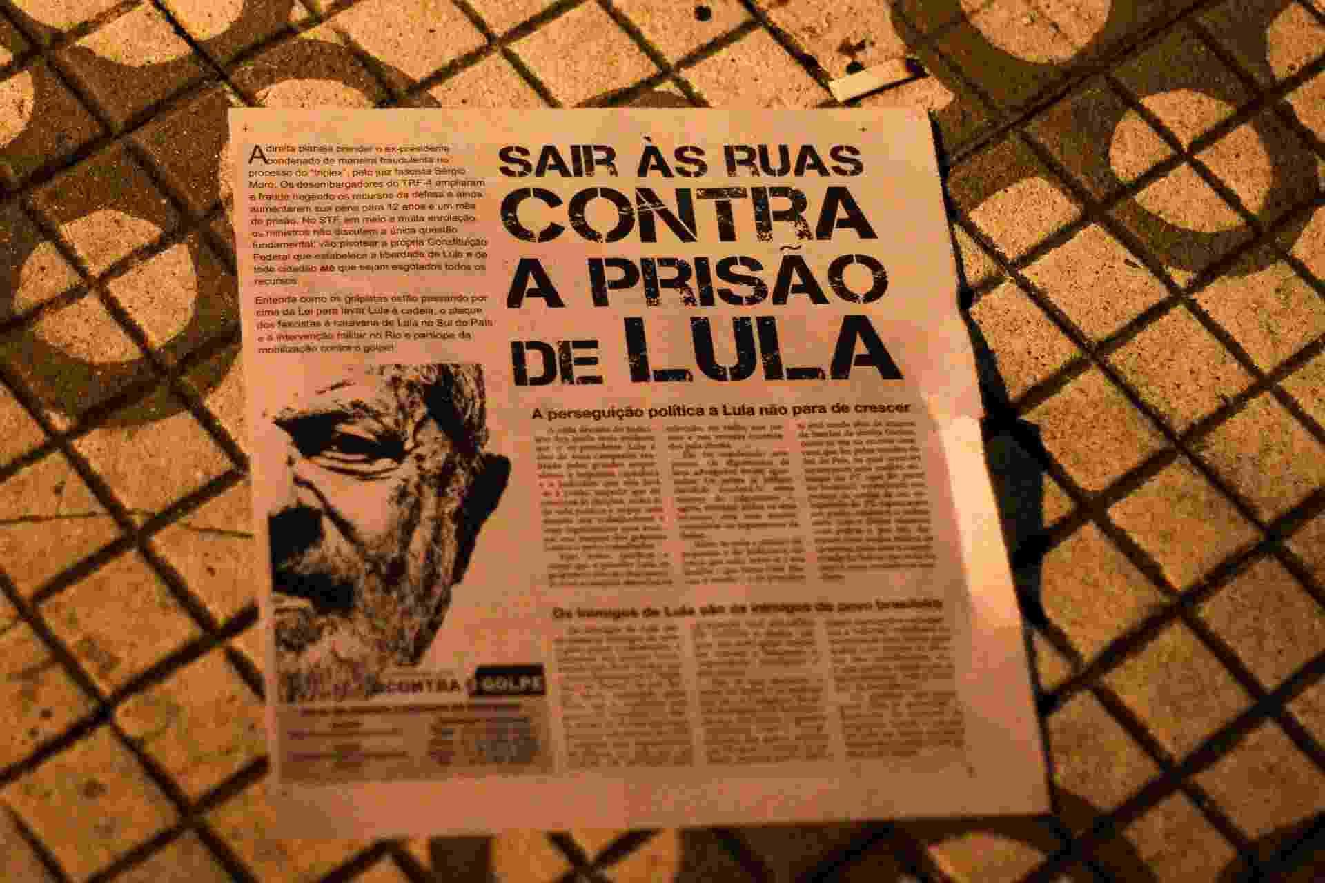 Em panfleto, militantes do PT pedem apoio ao ex presidente Lula durante ato em frente ao Sindicato dos Metalúrgicos, em São Bernardo do Campo (SP) - Peter Leone/Futura Press/Estadão Conteúdo