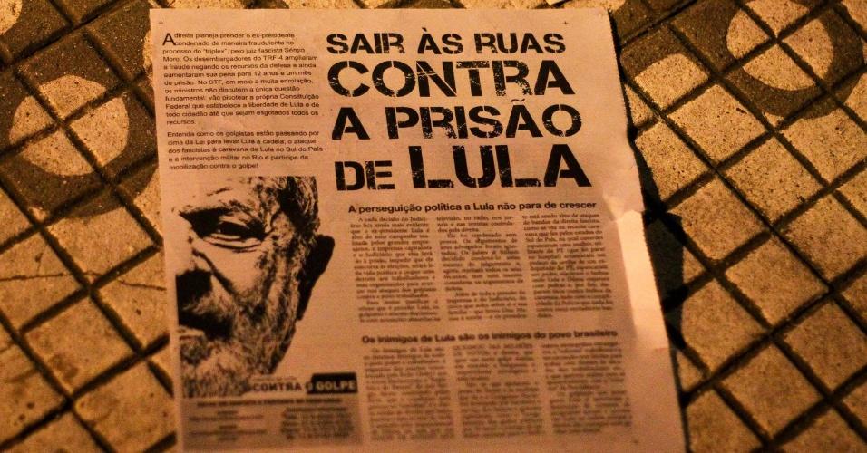 Em panfleto, militantes do PT pedem apoio ao ex presidente Lula durante ato em frente ao Sindicato dos Metalúrgicos, em São Bernardo do Campo (SP)