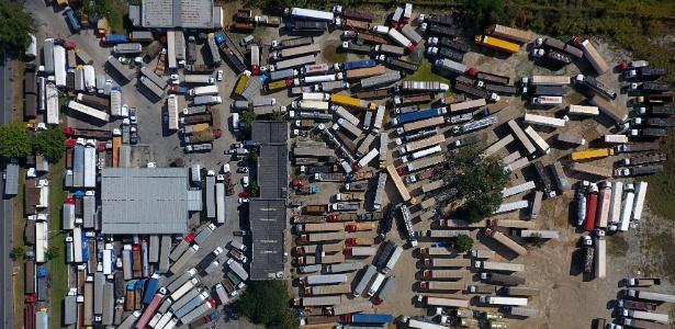 Caminhões parados em posto de combustível às margens da BR-116, em Seropédica, no Rio de Janeiro, na terça-feira (29), nono dia de protestos