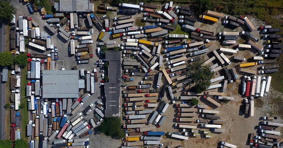 Caminhões parados em posto de combustível às margens da BR-116, no trecho da rodovia Presidente Dutra, em Seropédica, município da região metropolitana do Rio de Janeiro, na tarde desta terça-feira (29). A greve dos caminhoneiros entra em seu nono dia. Pelo país, representantes de governos e consumidores relatam a saída de caminhões-tanque de distribuidoras. No entanto, os consumidores ainda sofrem com o desabastecimento