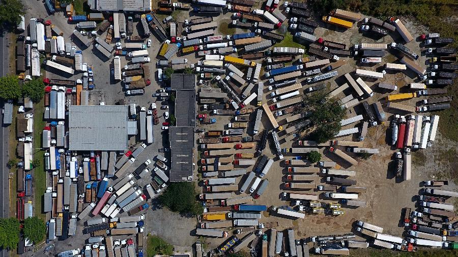 Imagem da greve dos caminhoneiros de 2018 mostra vários caminhões parados em posto de combustível na rodovia Presidente Dutra - Fábio Motta/Estadão Conteúdo
