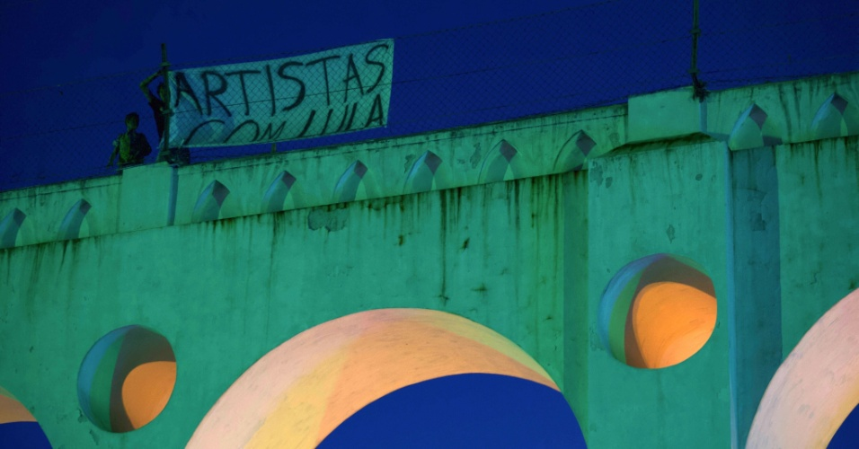 """28.jul.2018 - Faixa com a frase """"artistas com Lula"""" é vista na via do bondinho de Santa Teresa, sobre os Arcos da Lapa, durante evento que pede soltura do ex-presidente"""