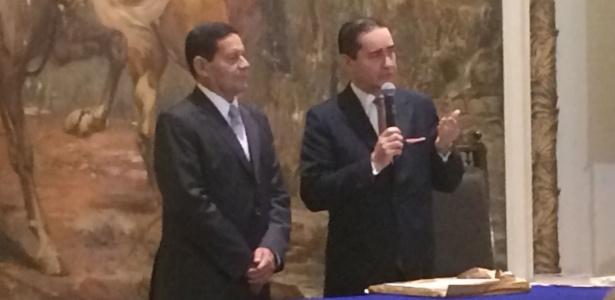20.ago.2018 - Hamilton Mourão, vice de Bolsonaro, e o presidente do TRF4, desembargador Thompson Flores, em evento no Clube Militar