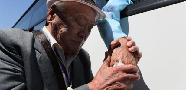 Membros de famílias coreanas separadas pela guerra se despedem neste domingo - Yonhap via Reuters