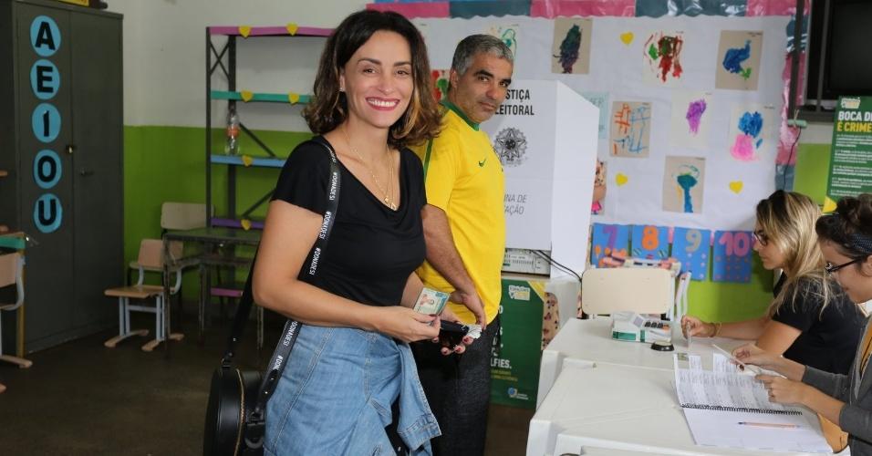 Atriz Suzana Pires vota em colégio eleitoral na Barra, no Rio de Janeiro