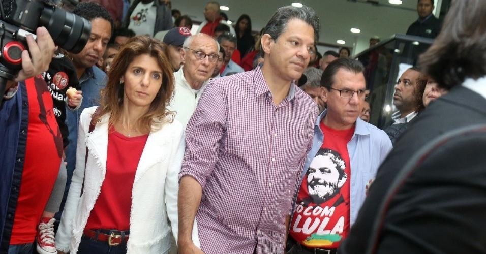 Fernando Haddad deixa o sindicato dos metalúrgicos, em São Bernardo do Campo, ao lado de sua mulher, Ana Estela Haddad, Luiz Marinho e Eduardo Suplicy. Ele segue rumo ao colégio no qual votará em São Paulo
