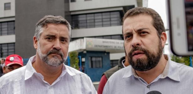 8.nov.2018 - Paulo Pimenta (e) e Guilherme Boulos após visita a Lula em Curitiba