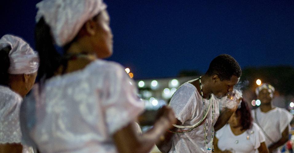 Devotos da umbanda rezam e dançam em homenagem à deusa Iemanjá em Copacabana, no Rio