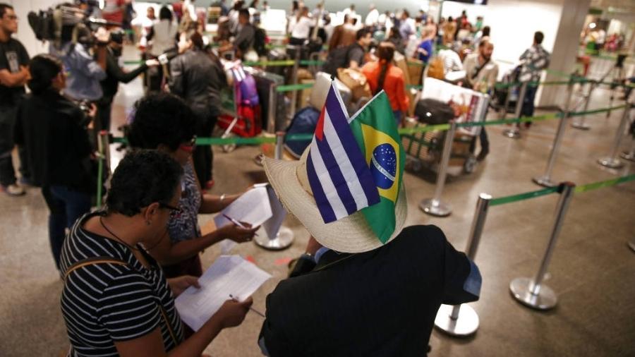 Médicos cubanos, no aeroporto de Brasília, em fila para embarque em voo fretado pelo governo de Cuba de volta para a ilha  - Pedro Ladeira 28.nov.2018/Folhapress