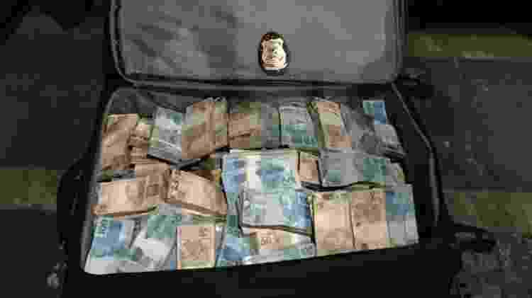 28.mar.2019 - Agentes da Polícia Federal apreenderam cerca de R$ 1 milhão em carro de Luiz Alberto Bambu - Divulgação/PF - Divulgação/PF