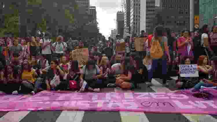 15.maio.2019 - Os manifestantes espalham-se em vários pontos da Avenida Paulista, uma das principais vias de São Paulo - Luciana Quierati/UOL