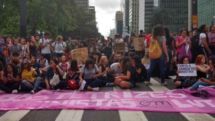 15.maio.2019 - Manifestantes sentaram na avenida Paulista e fecharam uma das principais vias de São Paulo - Luciana Quierati/UOL