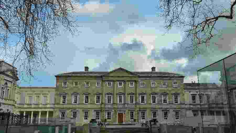 Vista da fachada do Leinster House, na Irlanda - Artur Widak/NurPhoto/Getty Images